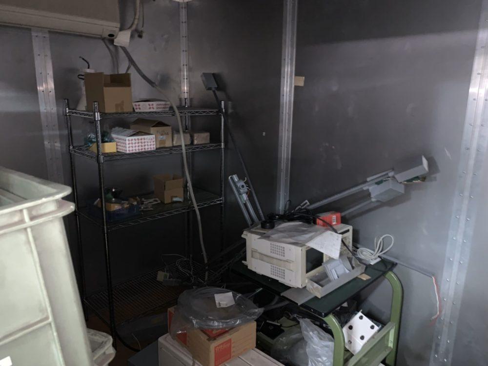 少し暗い廃棄物集められている部屋