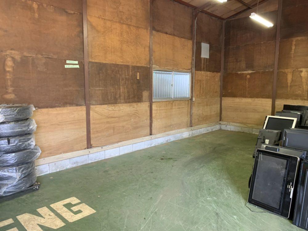 倉庫内の壁
