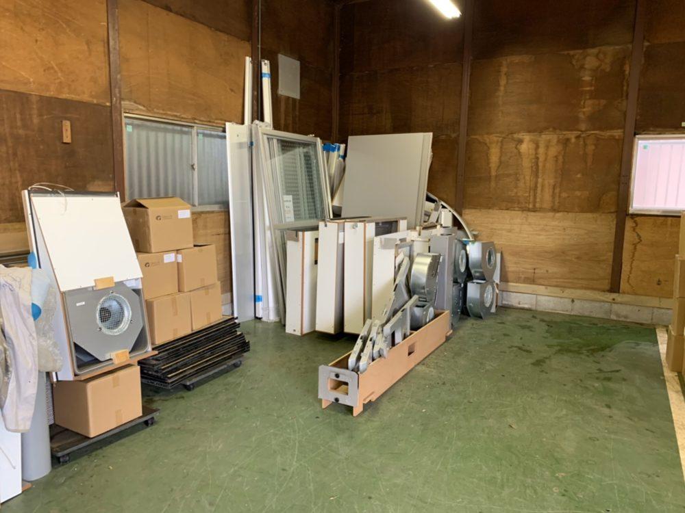 倉庫の端にまとめられている廃棄物