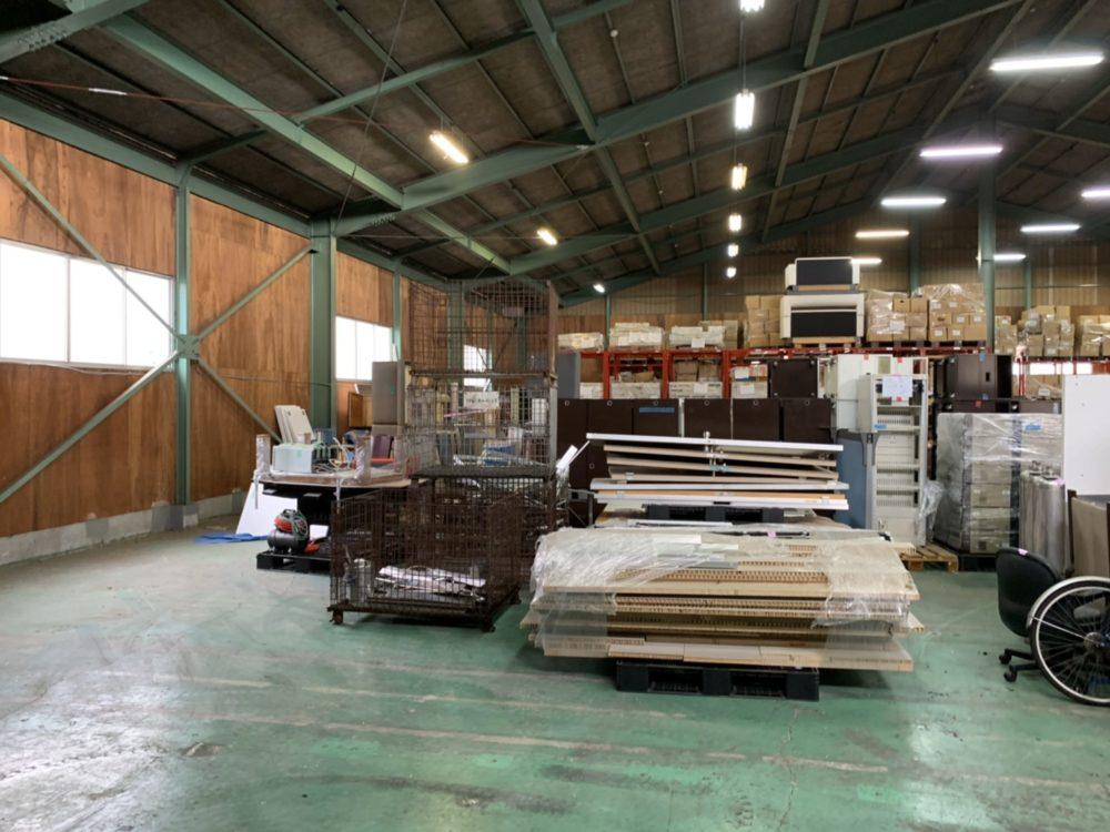 整理されている廃棄物の倉庫