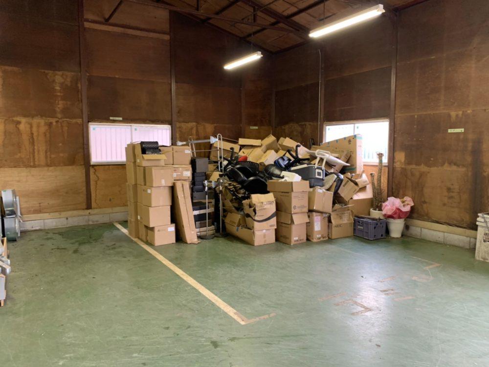 倉庫内に積まれた廃棄物